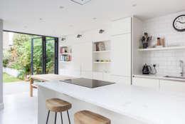 Cocinas de estilo moderno por Thomas & Spiers Architects