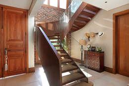 escalera de madera y vidrio