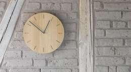 minimalistische Uhr WATCH:OUT von applicata:  Wände & Boden von HolzDesignPur