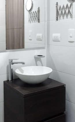 Baños de estilo moderno por Remodelar Proyectos Integrales