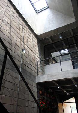 Corporativo INNOVA: Estudios y oficinas de estilo colonial por Apaloosa Estudio de Arquitectura y Diseño