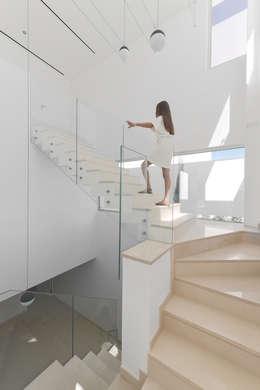 Pasillos y recibidores de estilo  por Corpo Atelier