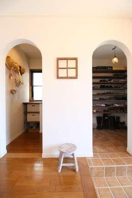 Corridor, hallway & stairs  by いえラボ