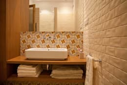 Baños de estilo moderno por Brick construcció i disseny