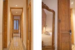 Pasillos y vestíbulos de estilo  por Brick construcció i disseny