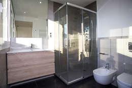 Baños de estilo moderno por Grupo Inventia