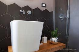 Baños de estilo moderno por senzanumerocivico
