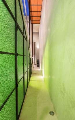 Casa del Limonero: Pasillos y recibidores de estilo  por Taller Estilo Arquitectura