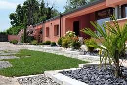 Jardines en la fachada de estilo  por Lugo - Architettura del Paesaggio e Progettazione Giardini