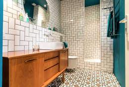 Blue Velvet: Salle de bain de style de style Scandinave par Insides