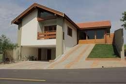 Casas de estilo rústico por canatelli arquitetura e design