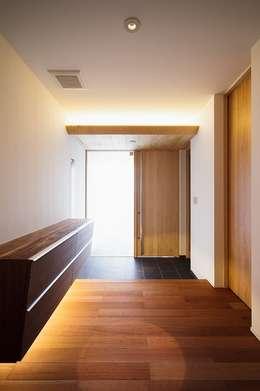 WHITE  COURT HOUSE: MITSUTOSHI   OKAMOTO   ARCHITECT   OFFICE 岡本光利一級建築士事務所が手掛けた玄関・廊下・階段です。