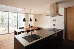 WHITE  COURT HOUSE: MITSUTOSHI   OKAMOTO   ARCHITECT   OFFICE 岡本光利一級建築士事務所が手掛けたキッチンです。