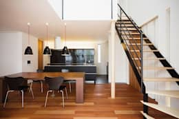 WHITE  COURT HOUSE: MITSUTOSHI   OKAMOTO   ARCHITECT   OFFICE 岡本光利一級建築士事務所が手掛けたダイニングです。