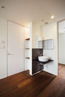 WHITE  COURT HOUSE: MITSUTOSHI   OKAMOTO   ARCHITECT   OFFICE 岡本光利一級建築士事務所が手掛けた寝室です。