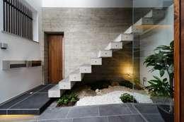 Corridor & hallway by MITSUTOSHI   OKAMOTO   ARCHITECT   OFFICE 岡本光利一級建築士事務所
