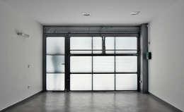 Garajes y galpones de estilo minimalista por Vallribera Arquitectes