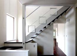 ストリップ階段: シーズ・アーキスタディオ建築設計室が手掛けた廊下 & 玄関です。
