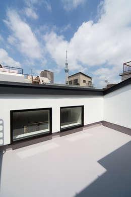 狭小敷地に建つ木造耐火の3階建て住宅|亀戸の家: シーズ・アーキスタディオ建築設計室が手掛けたベランダです。