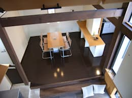 子供室からダイニングを見下ろす: シーズ・アーキスタディオ建築設計室が手掛けた廊下 & 玄関です。