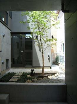 中庭: シーズ・アーキスタディオ建築設計室が手掛けたベランダです。