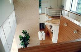 リビングの吹抜け見下ろし: シーズ・アーキスタディオ建築設計室が手掛けた玄関・廊下・階段です。