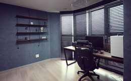 중랑구 상봉프레미어스엠코 럭셔리한 싱글남 홈스타일링: homelatte의  서재 / 사무실