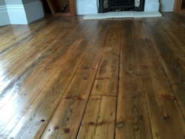 Reclaimed Pine floorboards: classic Living room by The British Wood Flooring Company