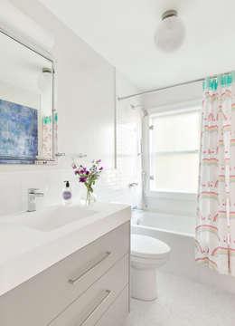 Kids' Bath: modern Bathroom by Clean Design