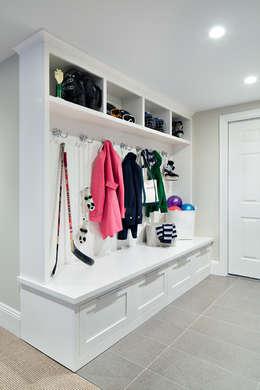 Mudroom:  Corridor & hallway by Clean Design