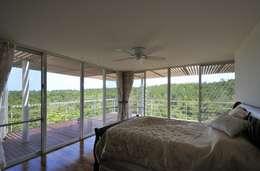 Sh-house: Ikuyo Nakama Architect Design Officeが手掛けた寝室です。
