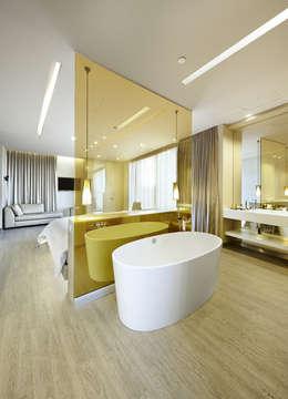 Baños de estilo moderno por FORMICA Venezuela