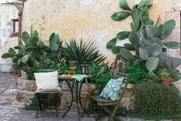Jardines de estilo mediterráneo por Boite Maison