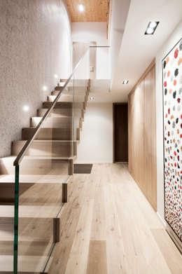 Corridor & hallway by Mood Interieur