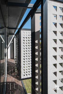 DETALLE DE CELOSIA: Casas de estilo moderno por NAME Arquitectos