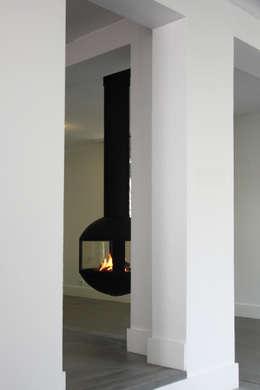 maison à Lyon 08 rénovée: Couloir et hall d'entrée de style  par Koya Architecture Intérieure