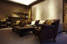 asian Living room by 戎馬整合設計