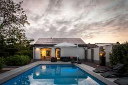 Uitzicht op wellnessruimte met aanliggend zwembad: modern Zwembad door Bob Romijnders Architectuur & Interieur