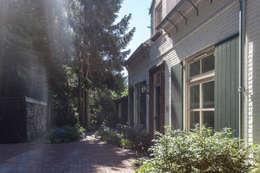Aanzicht voorhuis met nieuw dakkapel: landelijke Huizen door Bob Romijnders Architectuur & Interieur