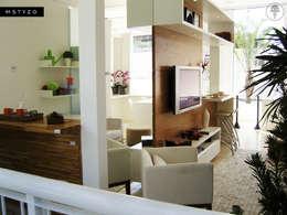 Mueble de TV: Sala multimedia de estilo  por MSTYZO Diseño y fabricación de mobiliario