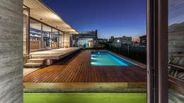 Casa Berazategui: Piletas de estilo moderno por Besonías Almeida arquitectos
