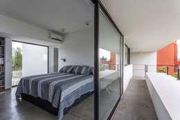 Casa San Benito: Dormitorios de estilo moderno por Besonías Almeida arquitectos
