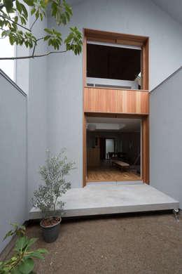 modern Garden by 安江怜史建築設計事務所