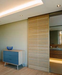 Habitaciones de estilo moderno por www.mezzanineinteriors.co.za