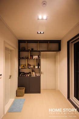 [포항주택]  도심 속 모던 ALC주택, 포항 테라스 하우스 Terrace House: (주)홈스토리의  현관 & 계단 & 복도