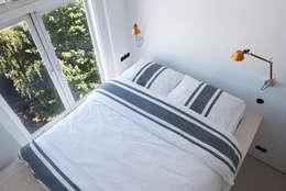 slaapkamer met hoogslaper op maat: moderne Slaapkamer door IJzersterk interieurontwerp