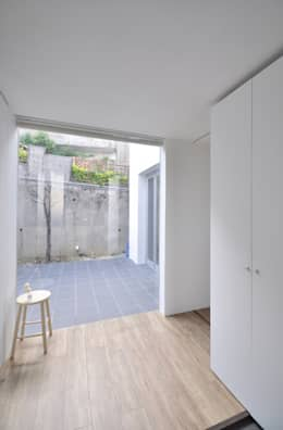 Corridor & hallway by 門一級建築士事務所