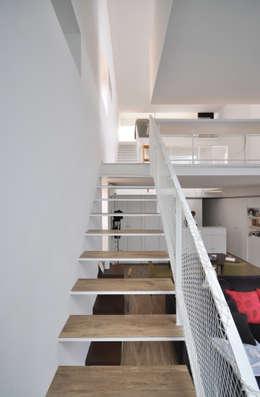 Pasillos y vestíbulos de estilo  de 門一級建築士事務所