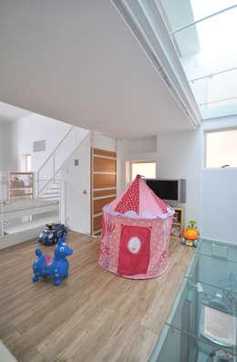 Dormitorios infantiles de estilo moderno de 門一級建築士事務所