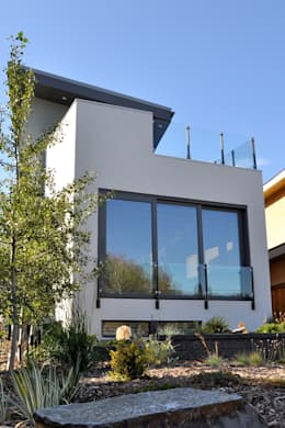 front facace: modern Houses by E3 Architecture Inc.